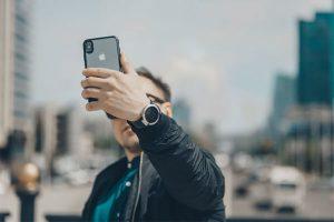 プロフィール写真を撮る男性