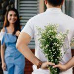 デートの時に花を渡す男性