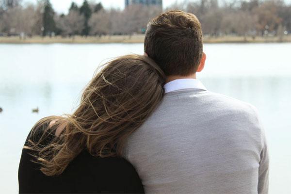 男性の肩にもたれかかる女性