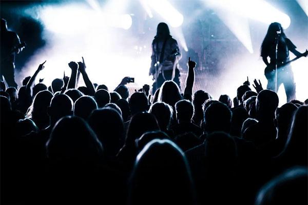 ロックバンドのライブ